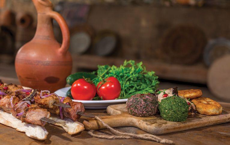 Georgische Gerichte mit Wein im Krug, Kombination von Wein und Essen