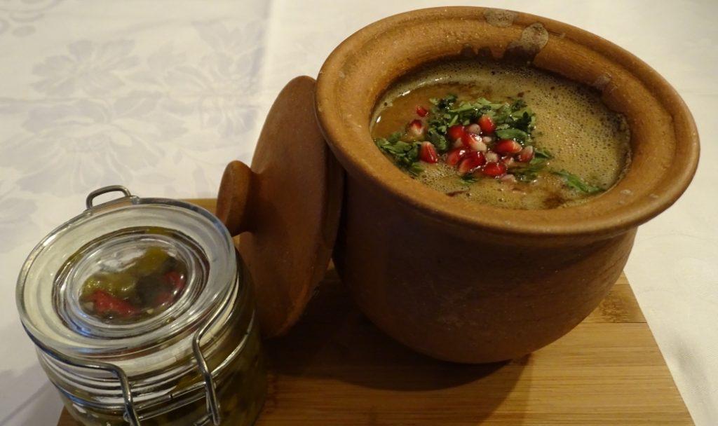 Rote Bohnen saftig im Tongefäß zubereitet