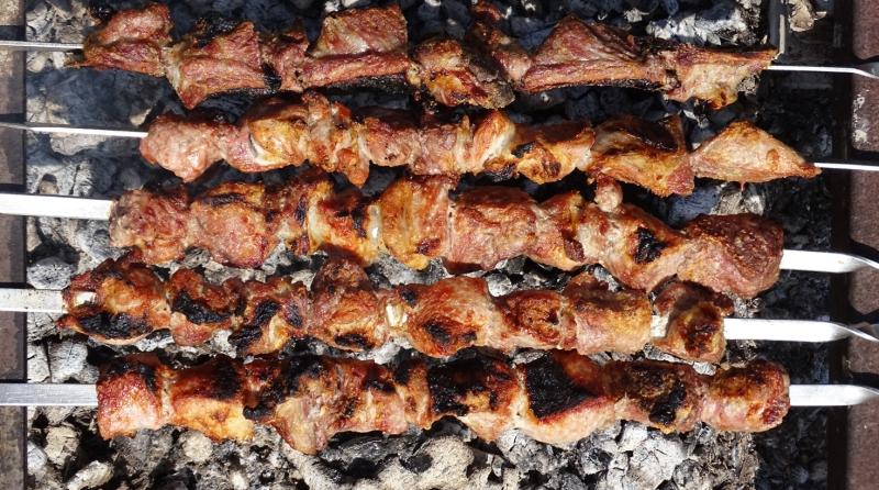 Fleischgerichte in Georgien: Mzwadi am Spieß über offener Glut gegart