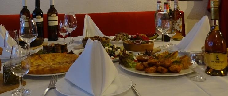GeoKulinarium: georgische Küche & Rezepte, Gedeckter Tisch mit georgischen Gerichten